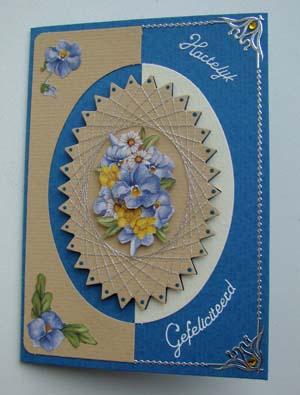 Staande blauwe kaart met spitelli blauwe bloemen