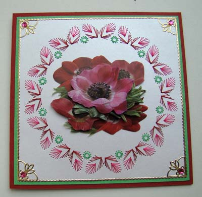 Rode bloem met borduur